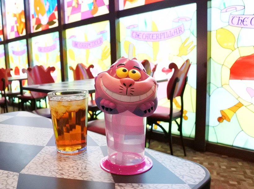 【今日は #猫の日 】 猫好きならきっと欲しくなる、ニヤニヤと笑っているチシャ猫のドリンクカップはいかが? 東京ディズニーランドの「クイーン・オブ・ハートのバンケットホール」でぜひGET!してくださいね♪ https://t.co/dlISRJZweA