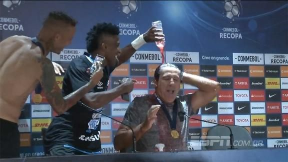 VEJA o 'banho' que Renato Gaúcho tomou após o título da Recopa Sul-Americana https://t.co/YKylkqzRzl