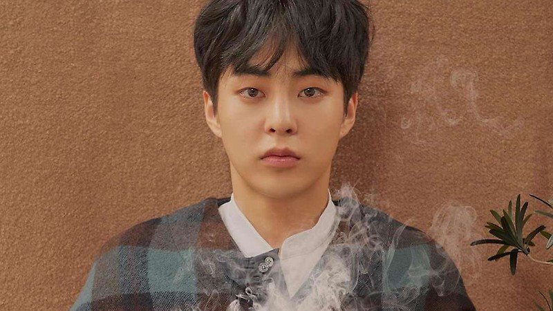 #EXO's Xiumin Spotted Happily Showing Hi...
