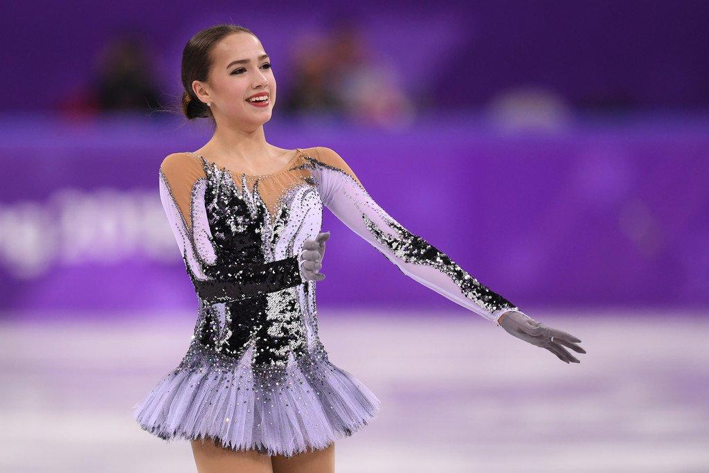 ザギトワがSPの演技中に衣装変えしてたなんて知らなかった。撫でると白から黒に羽の色が変わるそう(腕と胴体の部分が)。確かに腕はステップの後、胴体は最後のスピンが終わってから撫でてる。どんどん黒鳥に染まってくみたい。