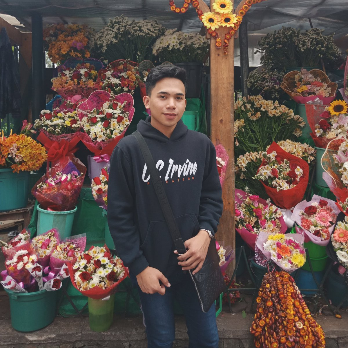 Hi to this guy 😍😭 there is a lot of guys that keep on courting him secretely and isa ako don 😭 everyday i ask his friends, is he okay? Ginagawa nya? Kamusta sya? Like he is okay. And yes kaibigan ko sya before not in person but he is the one na akala mo nagkita na kame.