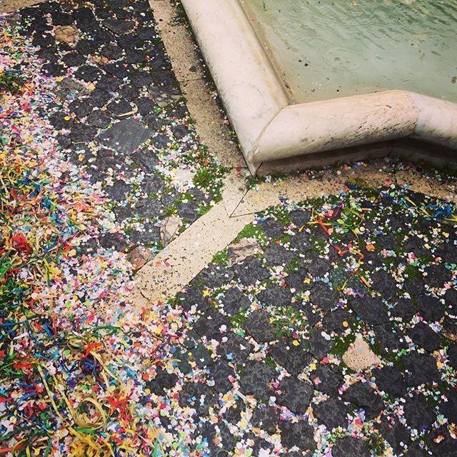 Carnevale non finisce mai | ph @rarrarorro #carnival #carnevale #decoration #sampietrini #coriandoli #mardigras #roma #rome #fountain #water #marble #sampietrini https://buff.ly/2FkI9OH  - FestivalFocus