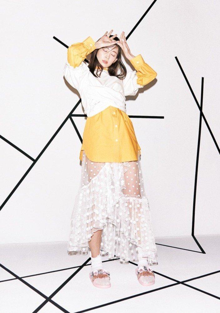 スナイデル 18春夏より新作、小嶋陽菜が着こなす軽やかなレーススカートやシースルーブルゾン -