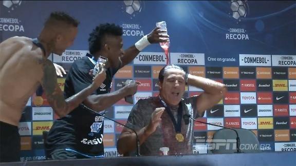 ASSISTA ao 'banho' que Renato Gaúcho tomou após o título da Recopa Sul-Americana https://t.co/PPMEhAtm3r