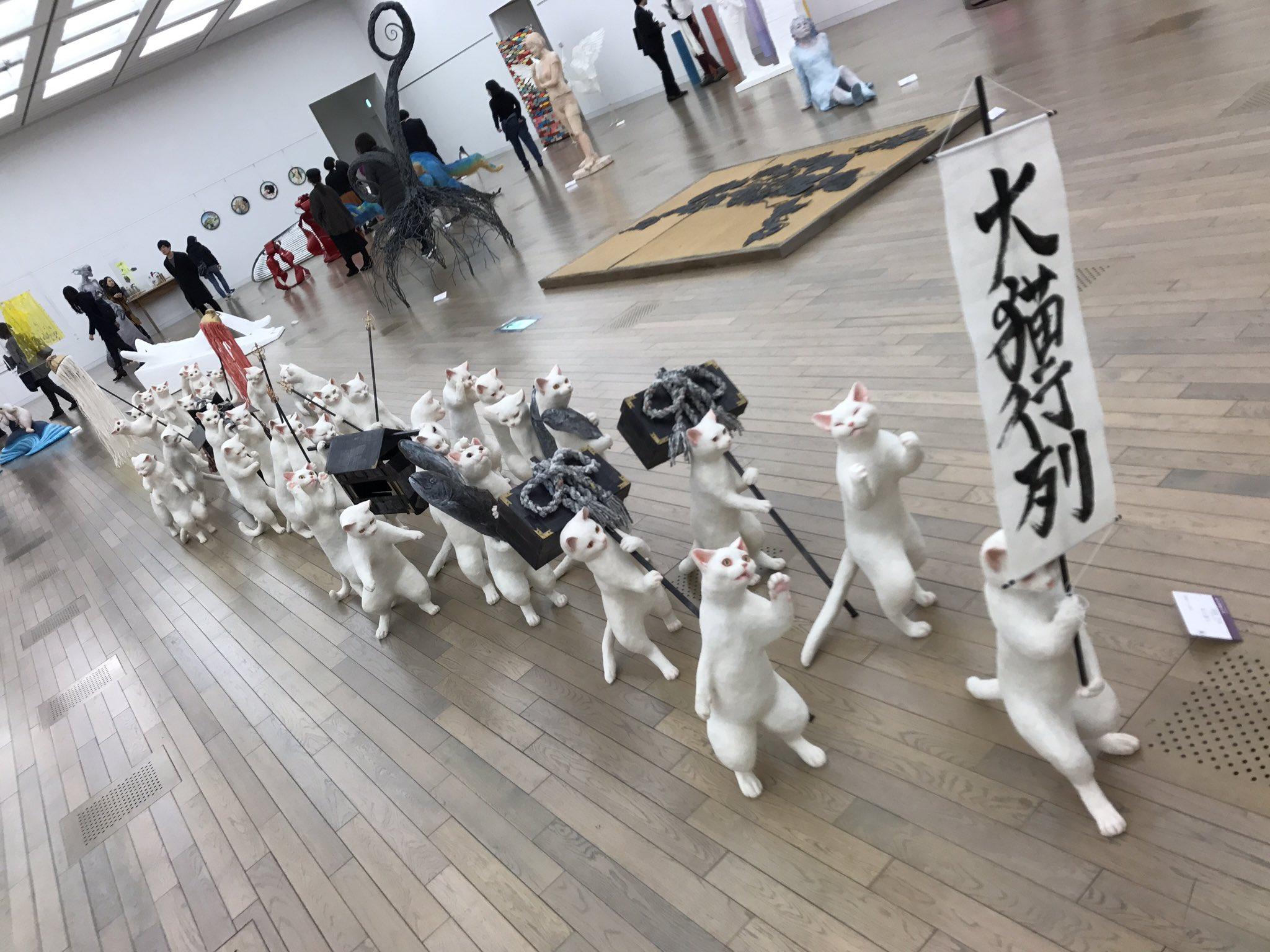"""今年度の五美大展で一番注目を集めそうな杉山愛莉さん(女子美術大学)の""""大猫行列""""です。ミニチュアダックスのももちゃんと暮らす犬党ですが、流石にこれは可愛いと思う。屈託のない表現はとても良いと思います。"""