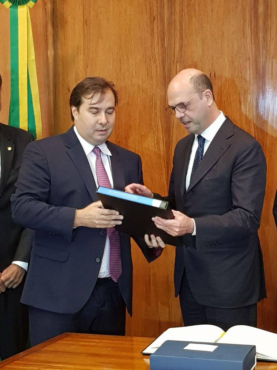 Ols fortes laços entre Itália e Brasil passam também por uma diplomacia parlamentar eficaz: excelente o encontro do Chanceler @angealfa com o Presidente da Câmara @DepRodrigoMaia. Os Parlamentares continuarão ajudando na agenda bilateral.