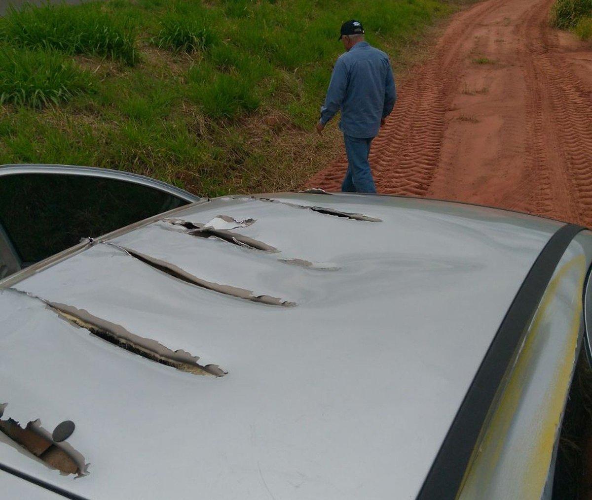 Avião agrícola faz rasante sobre carro e 'rasga' lataria de carro no interior de SP https://t.co/Qw2L1t1jkk