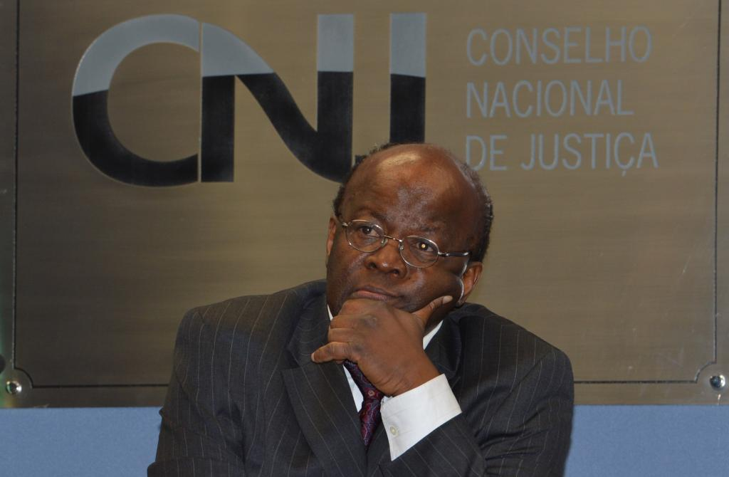 """Joaquim Barbosa terá de indenizar repórter que mandou """"chafurdar no lixo"""" https://t.co/Sy0nt3M3we"""