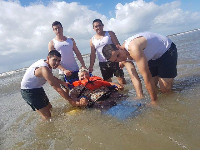 Exército apoia projeto que proporciona a cidadãos cadeirantes um banho de mar digno, em cadeiras adaptadas. https://t.co/0476RvXV9h