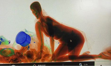春節の中国 ハンドバッグとX線検査機の中へ入る女性の意図は? ──保安検査員たちを驚愕させた'珍事' https://t.co/Ma25hFd0D3 #中国 #セキュリティ