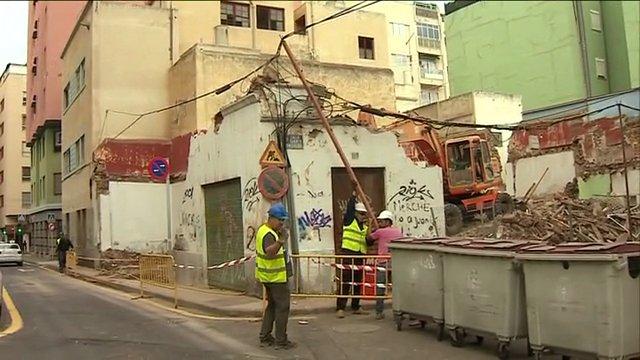 Derriban una de las casas en ruinas de la zona de Miraflores