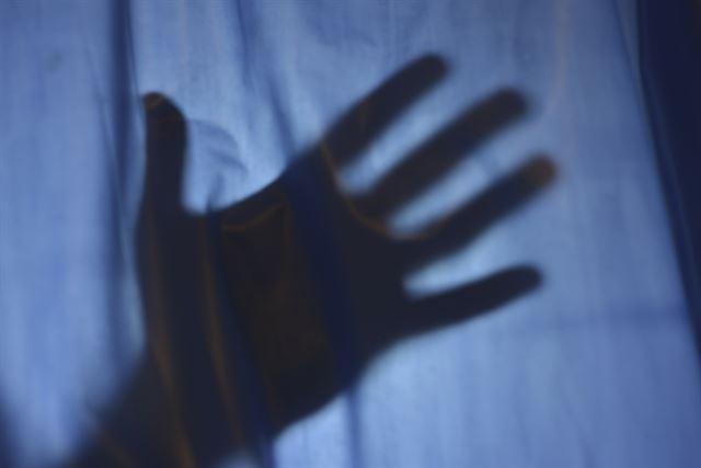 생후 10개월 된 아들 던져 숨지게 한 20대 남성 구속  아내와 심하게 말다툼을 벌이는 도중 홧김에 생후 10개월 된 아들을 벽과 바닥에 여러 차례 던지고 발로 차 숨지게 한 아빠  https://t.co/JWsZfUeBbu
