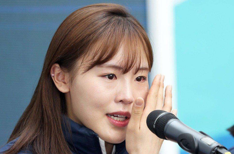 """'세월호 리본' 질문에 눈물쏟은 김아랑 """"세월호 유족들 '고맙다' 연락…큰 힘 됐다"""" https://t.co/uT10ClQaKN"""