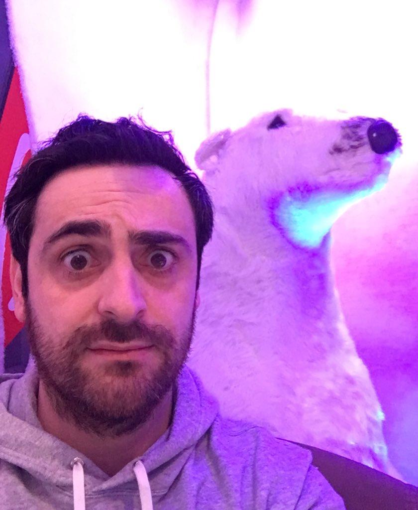 Un ours blanc dans le studio tout est normal 😅 Vous voulez partir au Canada? Suivez le @VirginTonicOff et tweetez avec le hashtag #CamilleEnvoiMoiAuCanada !! Bonne chance les copains 🇨🇦