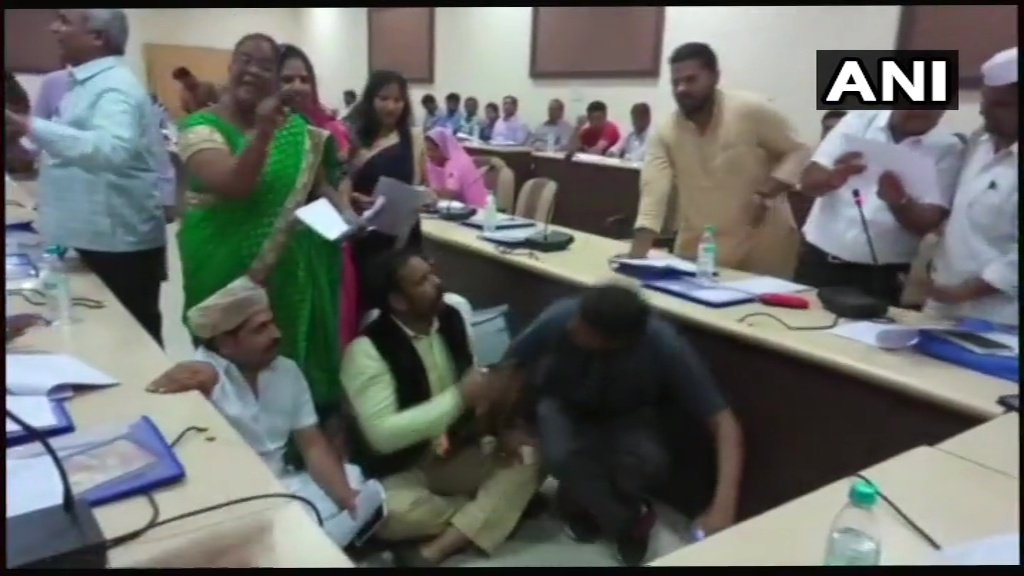 Bhilwara: Councillors created ruckus during a discussion on budget in their board meeting. #Rajasthan