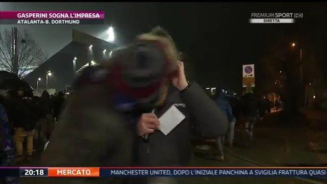 Atalanta-Borussia Dortmund, tifoso bergamasco bacia in bocca l'inviato di Mediaset - https://t.co/PYigjEU0BF #blogsicilianotizie #todaysport