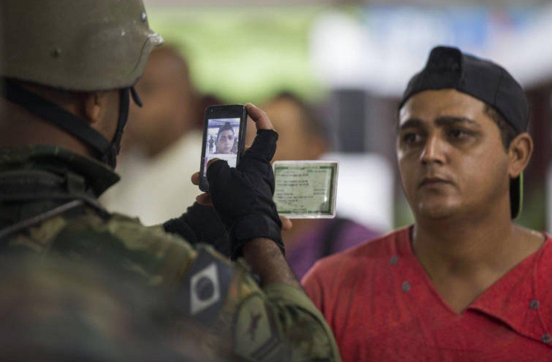 Exército 'ficha' morador de favela do Rio e impede cobertura da imprensa (via @folha_cotidiano) https://t.co/JE0ZsvXlW1
