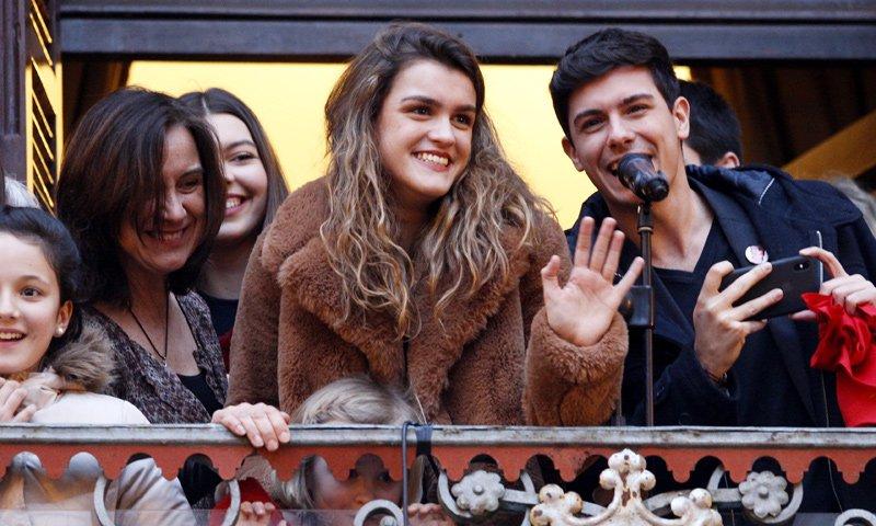 ¡Recibidos 'como reyes'! Amaia y Alfred se dan un baño de masas en Pamplona #BienvenidaAmaia https://t.co/rbu51IKgvh