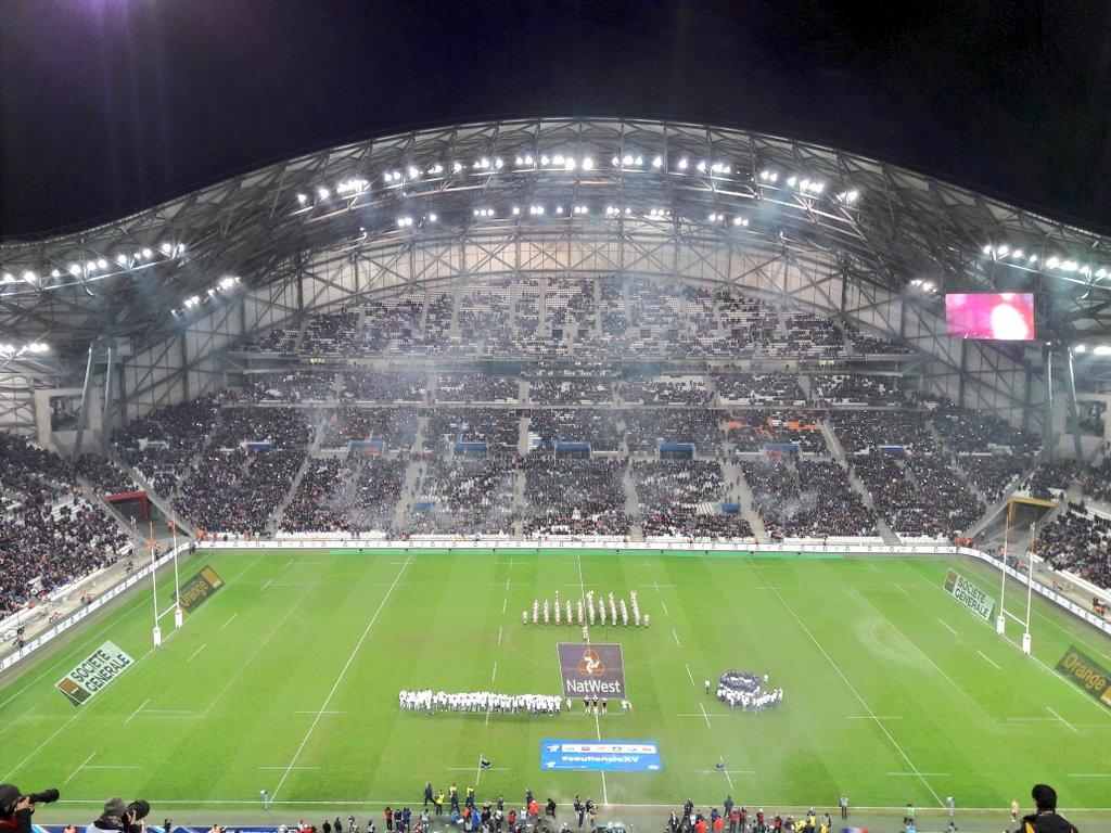 Les Italiens en cercle avant les hymnes à l'initiative de Sergio Parisse  ! #rugby #FRAITA