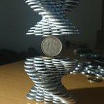 もはや芸術?たくさんの1円玉で凄いコインタワーを作る天才現るww