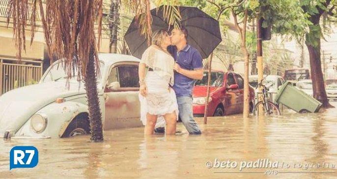 RJ: casal faz sucesso na internet após sessão de fotos em rua alagada https://t.co/Vra7XHJQpM