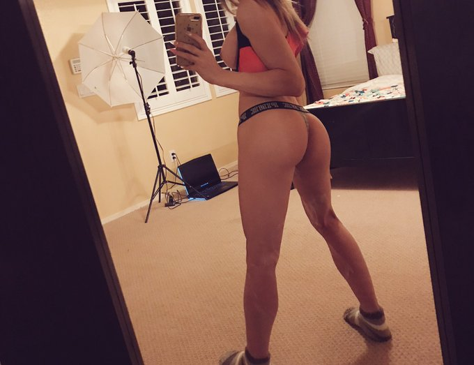 """2 pic. Say """"goodnight booty"""" ^.^ https://t.co/ODG8cqTUPY"""