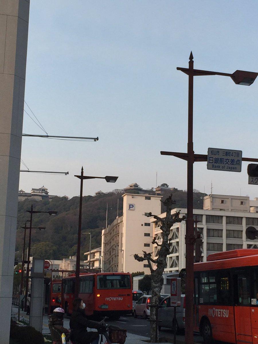 次の予定まで時間があるのでちょっと散歩。 とーくに松山城が見えます。 いきたかっ...