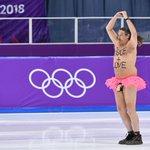 絶対東京にも来るw平昌五輪で半裸のオッサンがリンクに乱入し「白鳥の湖」を踊る