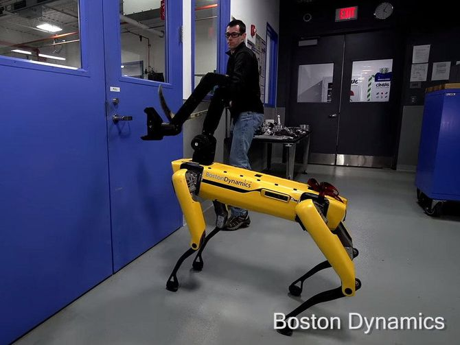 Boston Dynamics SpotMini robot dog deals with a pushy human https://t.co/IC1ACtH7ye