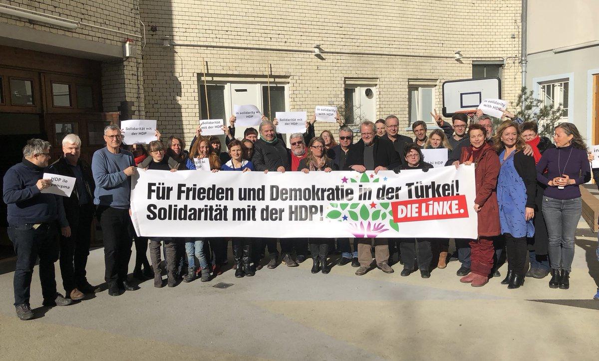 Mitglieder des Parteivorstands der LINKEN halten ein Transparent mit dem Text: Für Frieden und Demokratie in der Türkei. Solidarität mit der HDP. DIE LINKE.