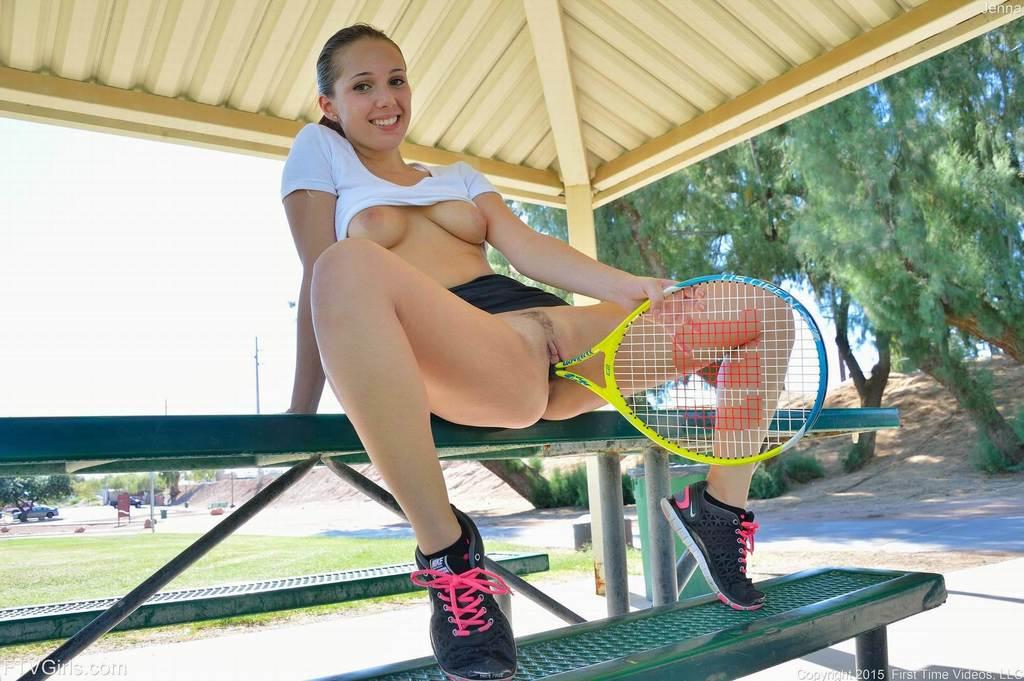 голая жена в красном платье с теннисной ракеткой прелестница прочь