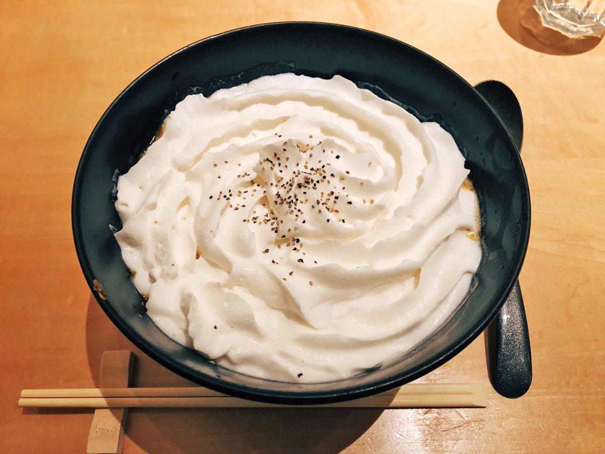 【初代】 @恵比寿 白いクリーム状のスープが特徴の「白いカレーうどん」を食べられるお店。 白スープはジャガイモをペーストしたもので、濃厚でくちどけ滑らか🎶 クリーミーな味わいと、中に入っているカレーうどんの相性は意外なまでに最高❗ 深夜の時間帯まで開いているお店です✨
