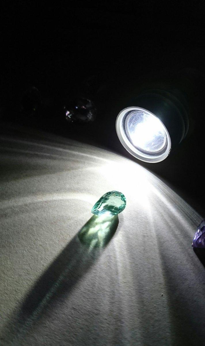暗所で後ろからライトを照らした時に出る影?煌めき?は宝石の国のキャラクターの肩の辺りにも表現されていますよね。(個人的な意見です)