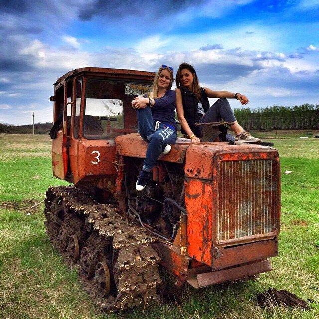 Голые на тракторе фото