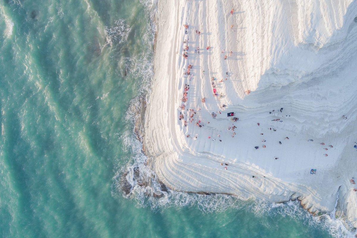La scala dei turchi in Sicilia, vista dall'alto. Uno degli scatti finalisti ai Sony world photography awards 2018. https://t.co/tG5FaQLW9l