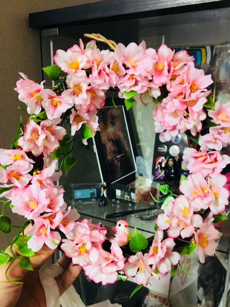 test ツイッターメディア - 今日から3月!  桜のウォールステッカーやシールをペタペタ??  造花の桜でリースを…??  春待った無し!デスネ?  #セリア  #100均  #リース  #春  #桜 https://t.co/XgMScyWsc7