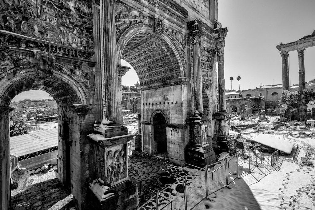 luigiscuderi.it Roma, 26 febbraio, Arco di Settimio Severo #nevearoma #Roma @Turismoromaweb #fotografia #biancoenero #blackandwhitephotography #traveltips