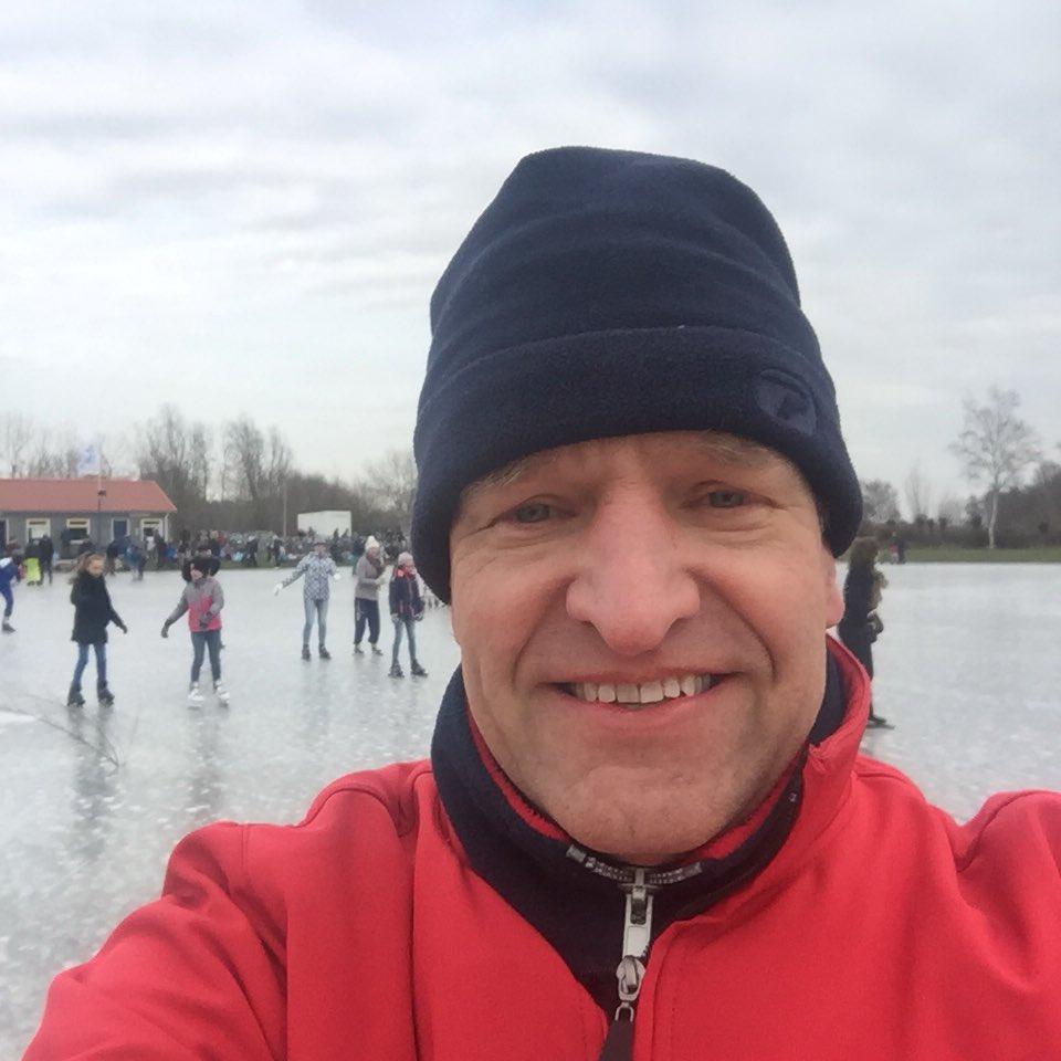20cd96417f5 Stevige poolwind maar mooi zwart ijs op de ijsbaan in Warmond. En het is  toch echt 1 maart!pic.twitter.com/syL5BTAt8d