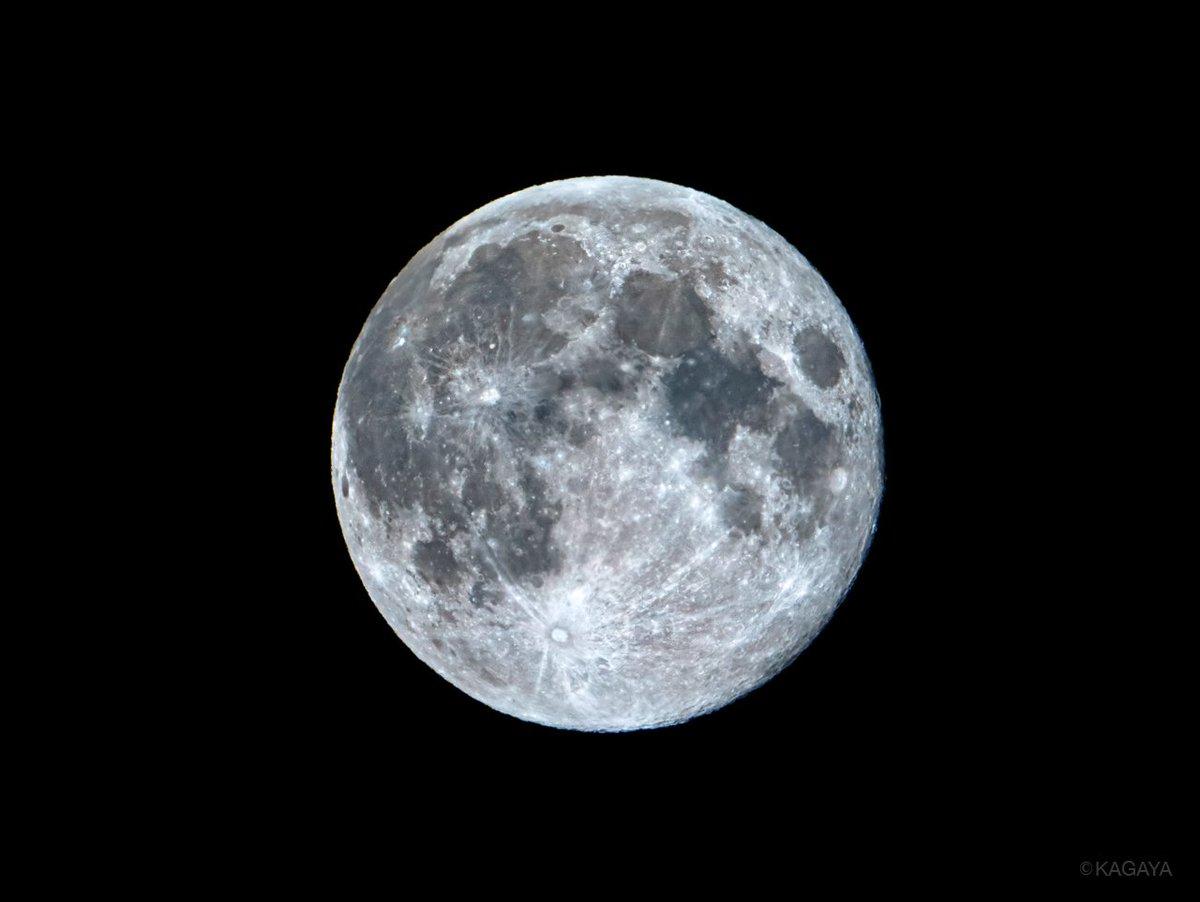 空をご覧ください。 東に見事な十五夜の満月が昇りました。 (今望遠鏡を使って撮影) 今週もお疲れさまでした。 おだやかな週末になりますように。