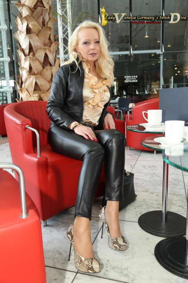 Milf queen carrie ann in sexy outfit taking bbc - 2 4