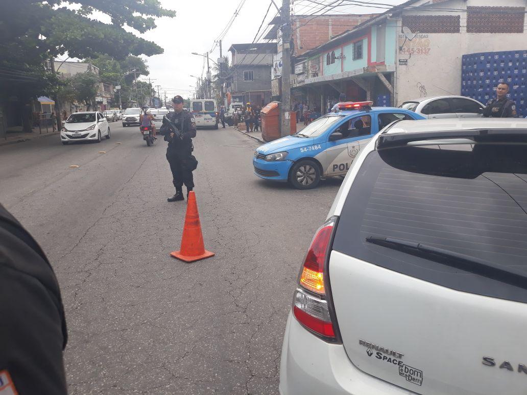 Policiais da #UPP Cidade de Deus realizam ações preventivas nas Estradas Edgard Werneck e dos Bandeirantes, na Zona Oeste do Rio. Colabore! Reduza a velocidade, baixe os vidros e mantenha a calma. Estamos trabalhando para garantir um trânsito seguro a todos. #EuConfioNaPMERJ