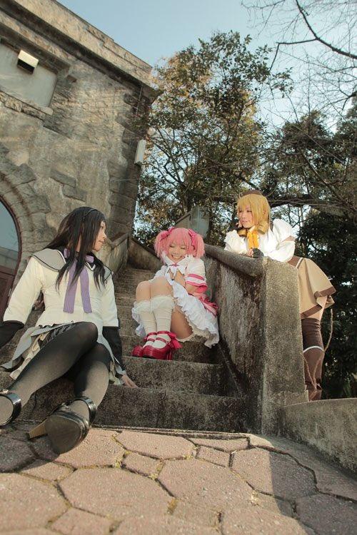 今度また、このメンバーで撮影するのよ٩(*´◒`*)۶♡ まどか:あみぽっぽ(@hnpp ) マミ:ゆずり(@yuz__ringo ) ほむら:マキ 撮影:やちゅありす(@alixxxce )
