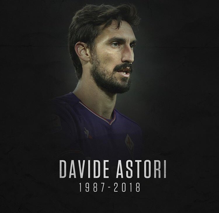 Davide Astori, capitão da Fiorentina, foi encontrado morto em um hotel onde estava hospedado com o restante da equipe para uma partida pelo Campeonato Italiano. A causa da morte ainda não foi revelada, mas pode ter sido uma parada cardíaca. LUTO! 📸: @br_uk