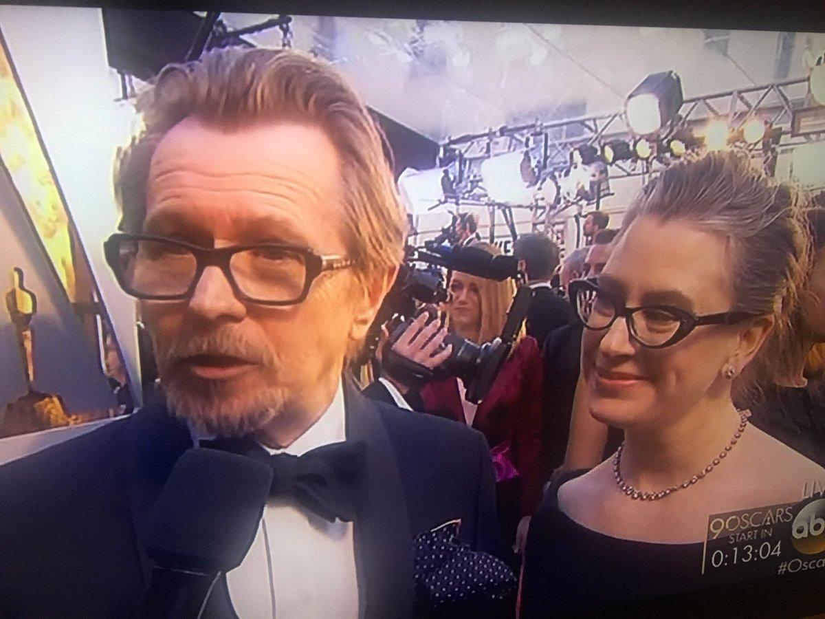 Gary Oldman llega acompañado de su herma...