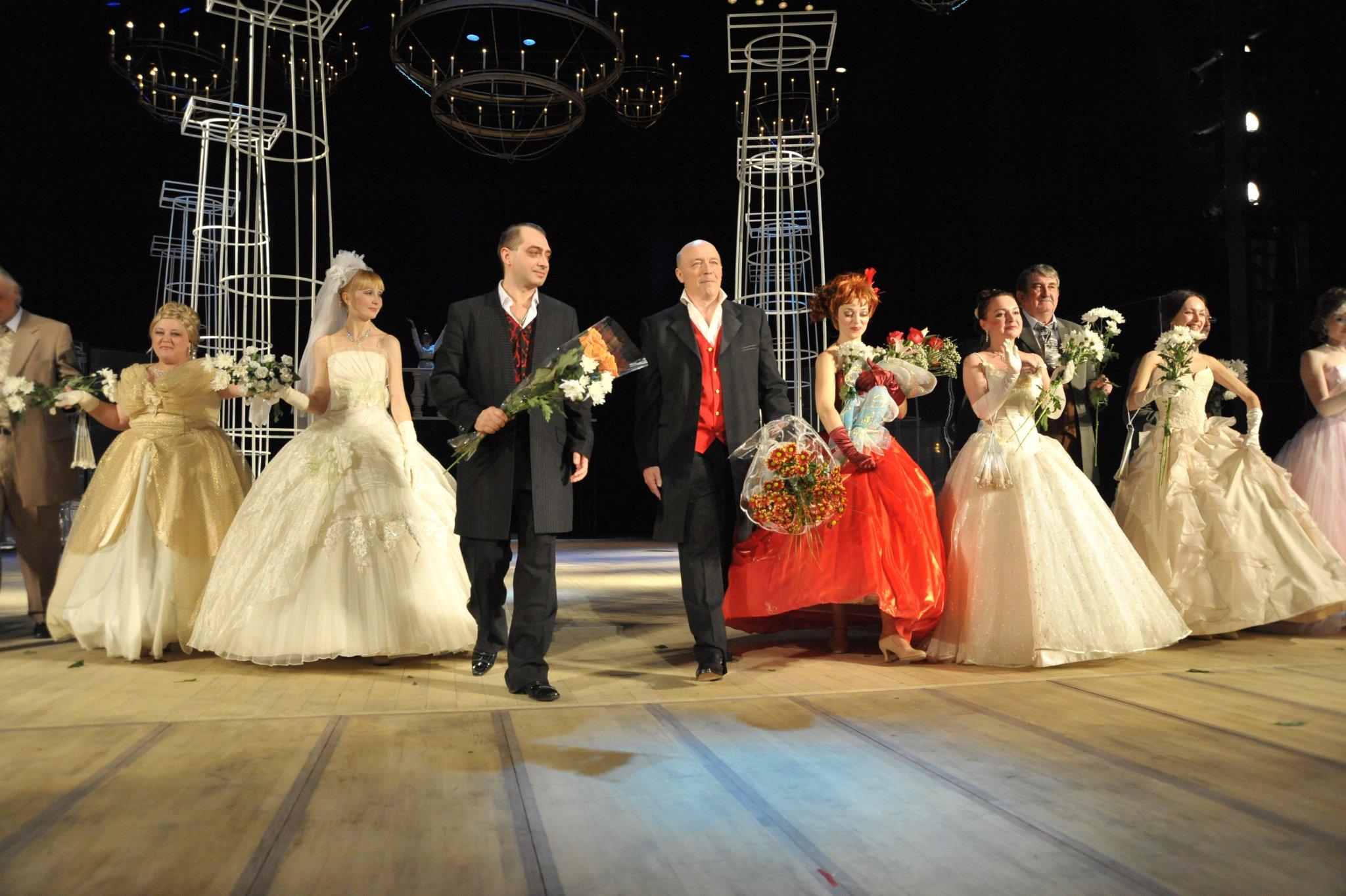 Свадебные платья скромные для второго брака фото брюнетка огромными