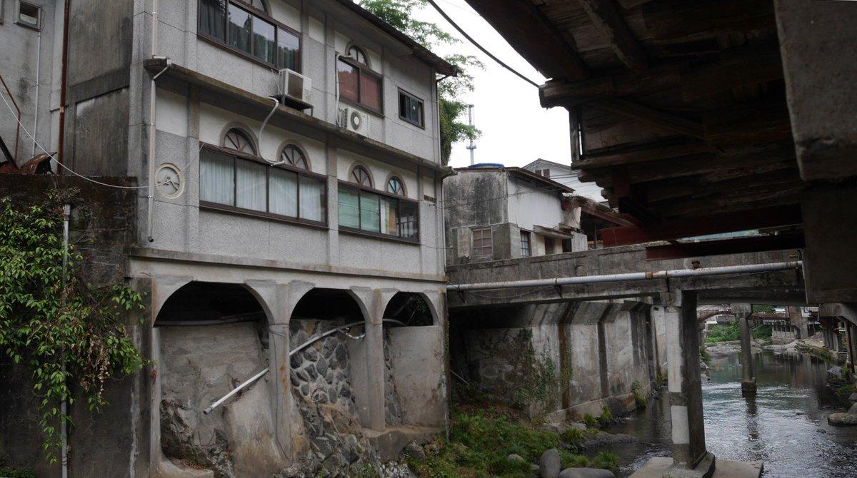 崖家造りのような建物も多く見られる湯の鶴温泉の町並、表向きは寂れた感じではあったが地元客に長らく支持されているので廃れるほどではないレトロ感を保っているようだった。 https://t.co/wSttWvJLws