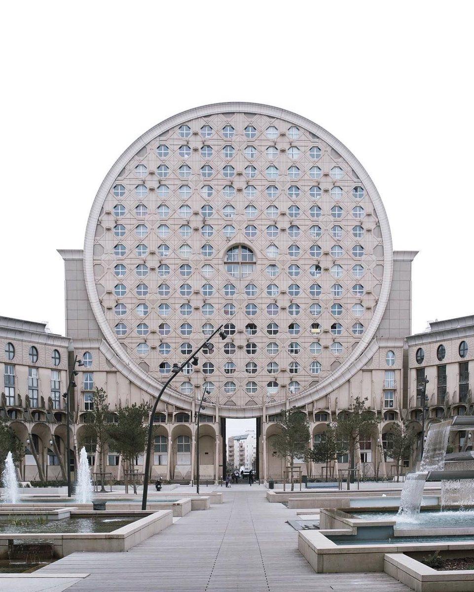 """michi Twitter वर: """"パリ郊外に建っているヤノヴスキーのピカソ ..."""