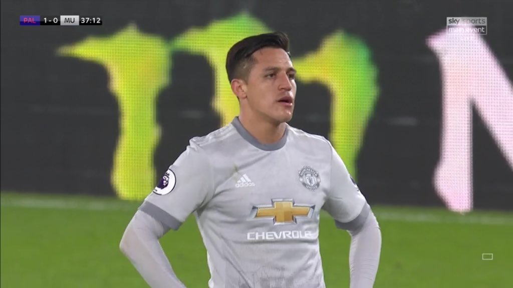 Alexis Sánchez gave the ball away an astonishing 19 times in the first half. Shocking performance. #CPFC #MUFC ⚽🔵🔴⚪