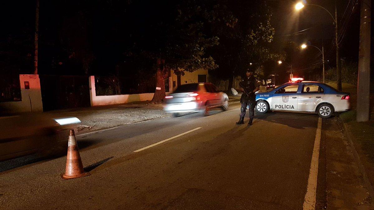 Estamos nas ruas!!   Policiais militares do #18BPM estão em patrulhamento na autoestrada Grajaú-Jacarepaguá.  Nossa missão, é a sua segurança!  #PMERJ #ServireProteger #ValorizeQuemTeProtege 🚔👮🏽♂️🚨👊🏽