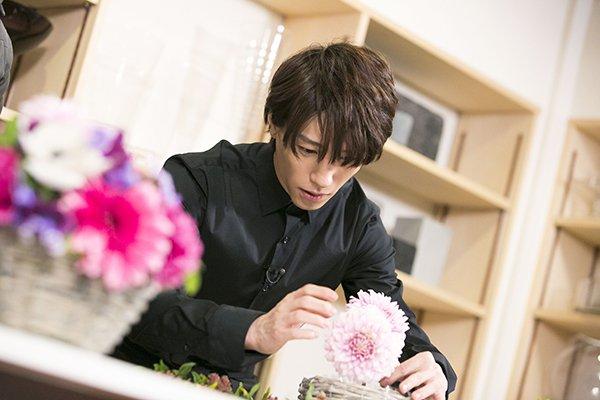 【第5回は3/31放送】手前にある先生のお手本を見ながら、まずは基本を教わる鈴木さん 初めてとは思え